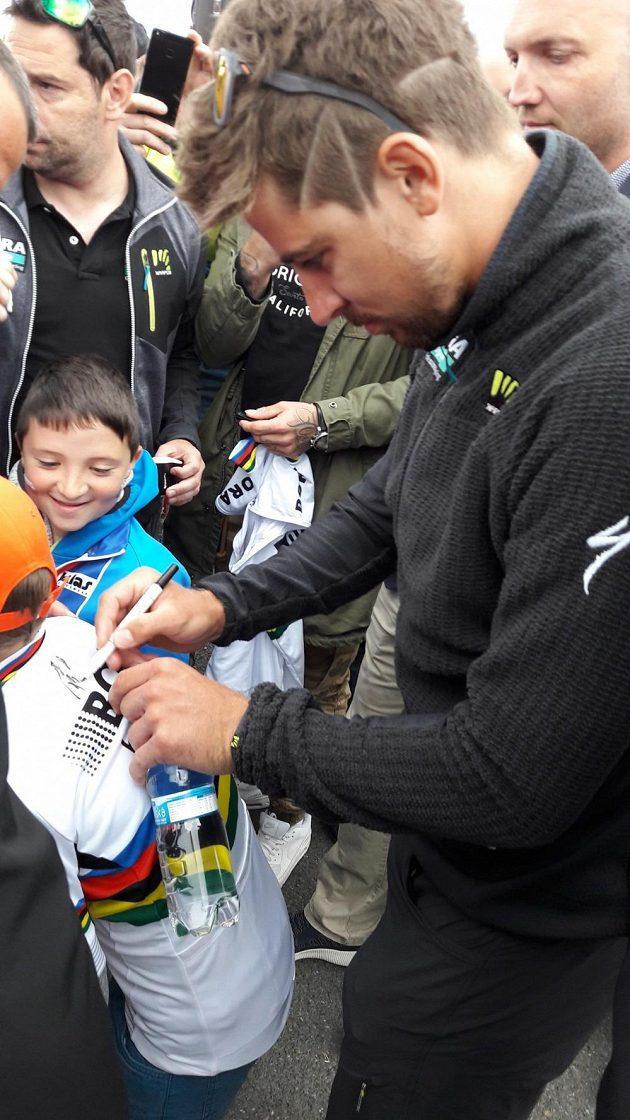 Peter Sagan v obležení fanoušků před autogramiádou v Plzni.