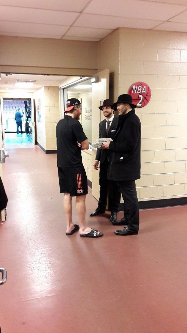 Jaromír Jágr a Michael Frolík v klouboucích v debatě s Jakubem Voráčkem před vzájemným zápasem Philadelphie s Calgary.