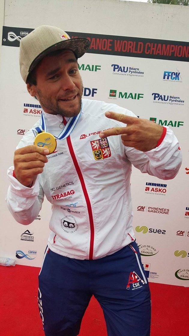 Vavřinec Hradilek se svým zlatem ze slalomkrosu.