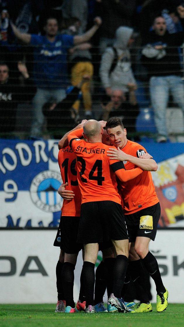 Liberečtí fotbalisté se radují z rozhodujícího gólu v utkání s Mladou Boleslaví.