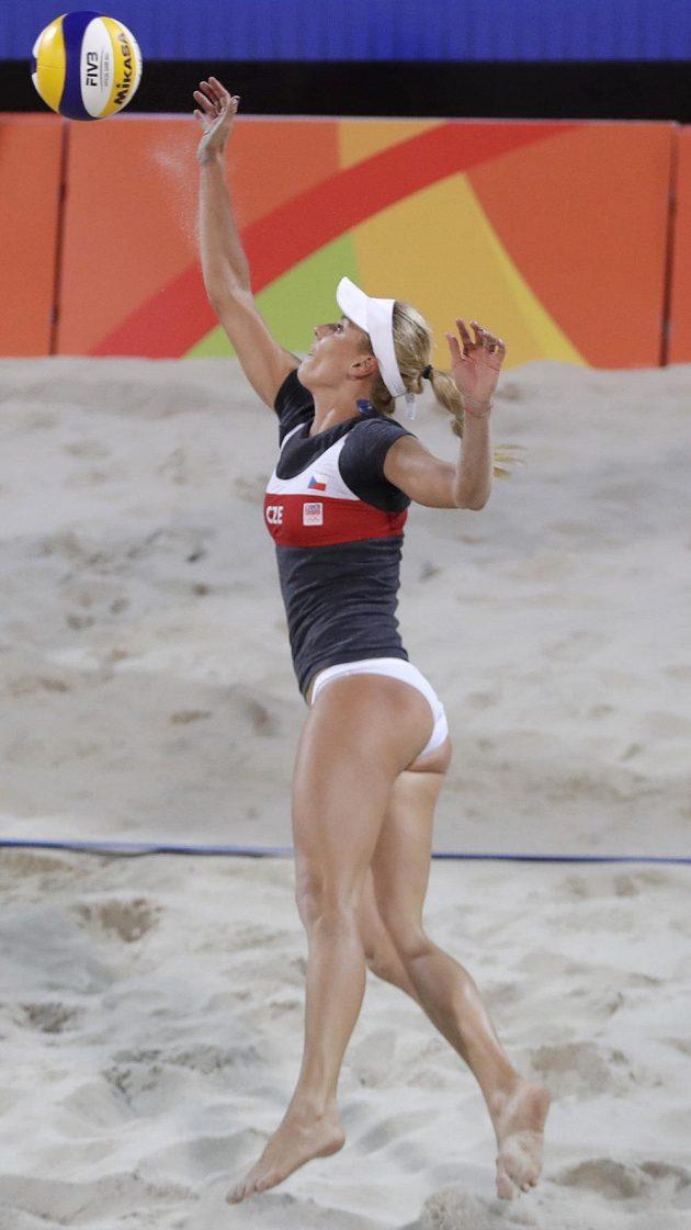 Markéta Sluková během překola play off s Ruskami Birlovovou a Ukolovovou.