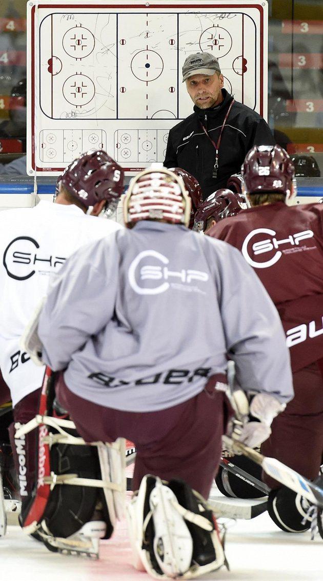 Hokejisté Sparty na první tréninku na ledě poslouchají pokyny kouče Josefa Jandače.