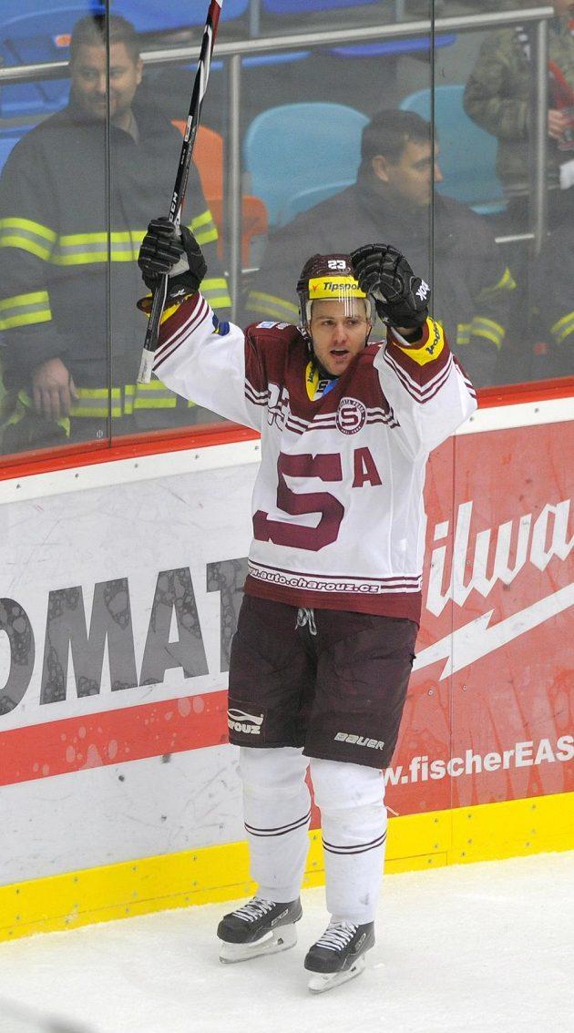 Sparťanský útočník Lukáš Pech se raduje z gólu na ledě Hradce Králové.