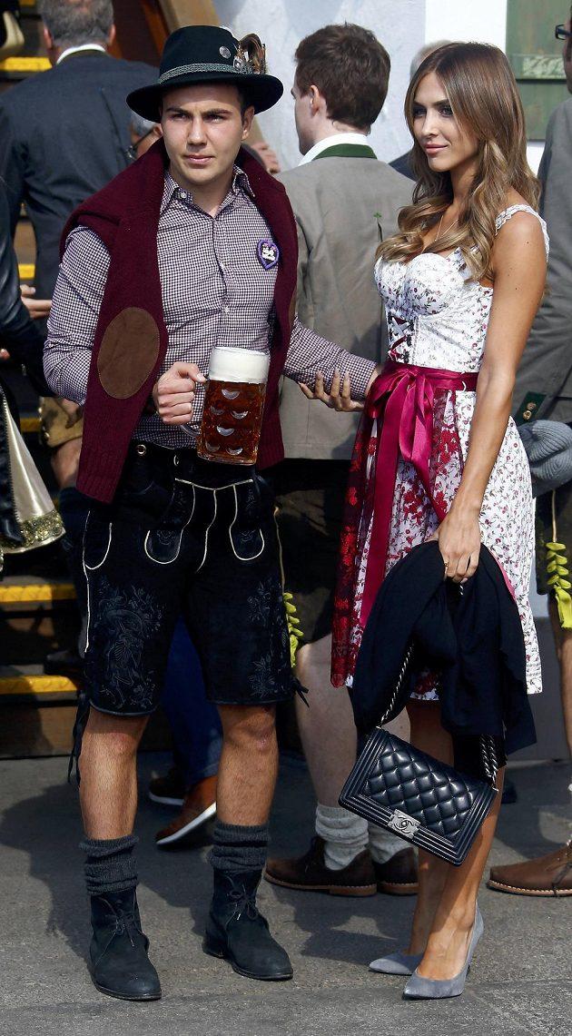 Fotbalista Bayernu Mario Götze s partnerkou Ann-Kathrin Broemmelovou pózují na Oktoberfestu.
