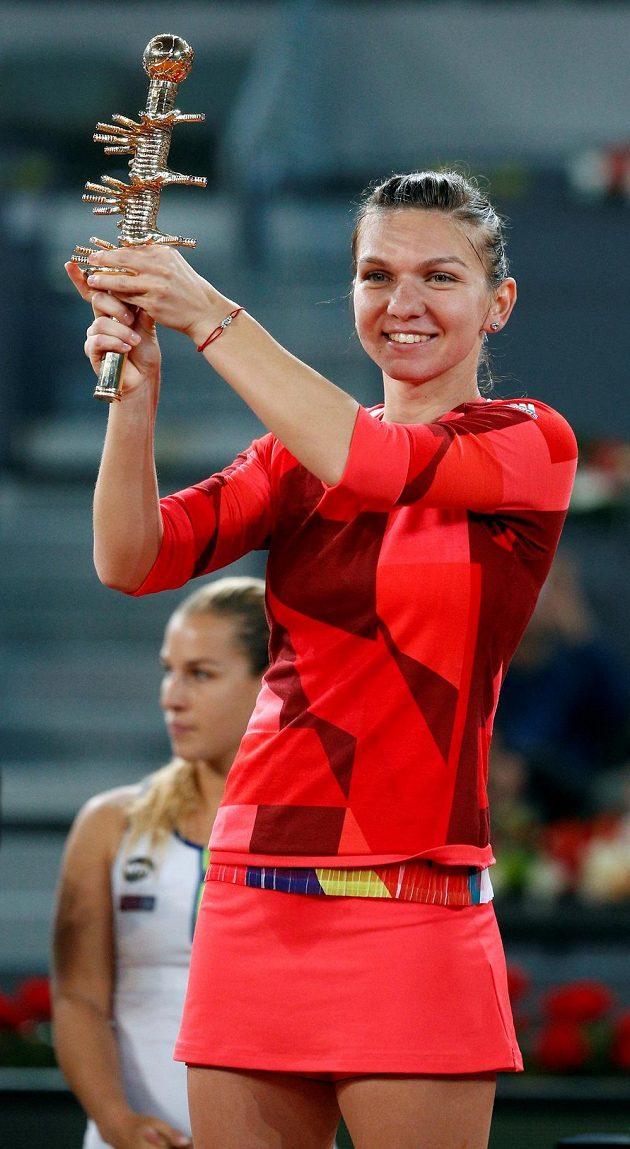 Rumunská tenistka Simona Halepová s trofejí pro vítězku turnaje v Madridu.