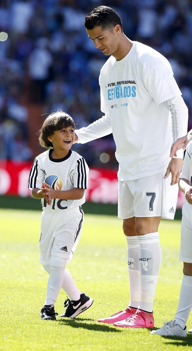 Portugalský útočník Cristiano Ronaldo se synem syrského fotbalového trenéra Usáma Abdula Mohsena.