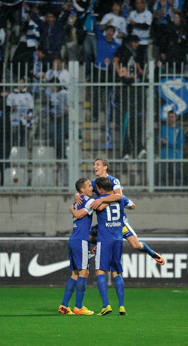 Liberecký záložník David Pavelka (čelem) se raduje se spoluhráči Josefem Šuralem (vlevo) a Ondřejem Kušnírem ze vstřelení gólu do sítě Jablonce.