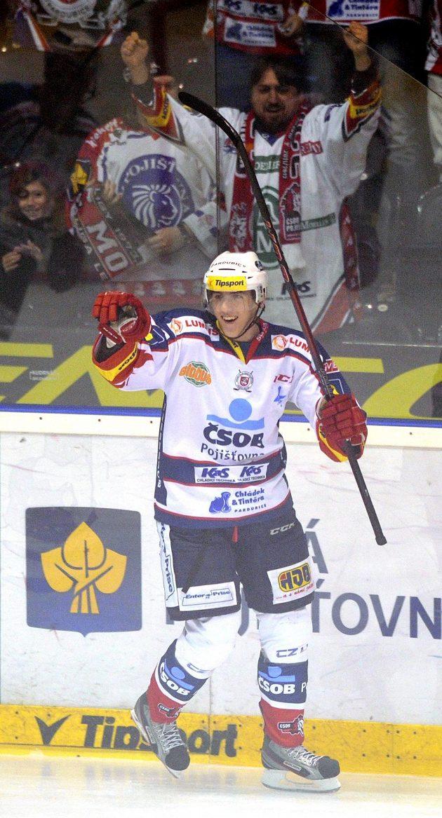 Tomáš Nosek z Pardubic se raduje ze vstřeleného gólu.