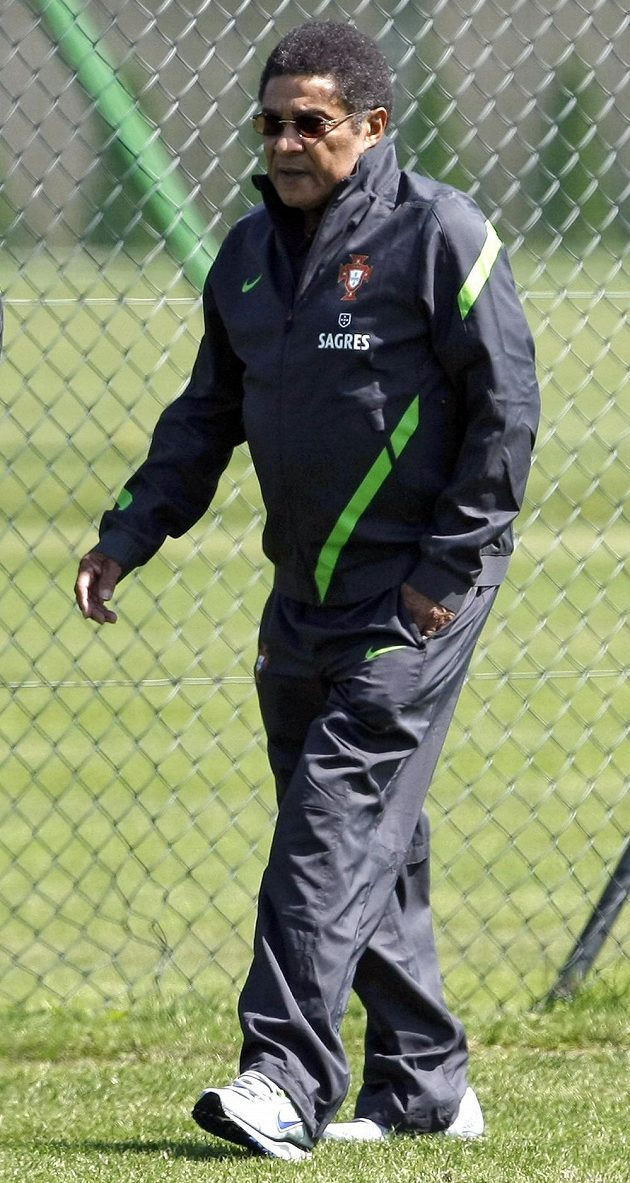 Fotbalová legenda Eusébio na tréninku reprezentace Portugalska během evropského šampionátu v roce 2012.