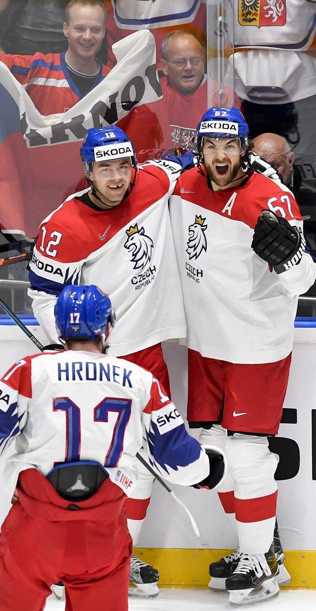 Michael Frolík (vpravo) se raduje z gólu se spoluhráči Dominikem Simonem (vlevo) a Filipem Hronkem (zády).