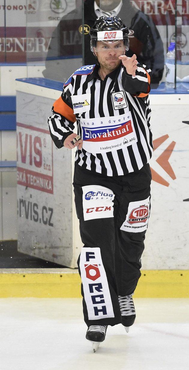 Hlavní rozhodčí Vladimír Pešina uznává první gól Brna ve třetím finále proti Liberci.