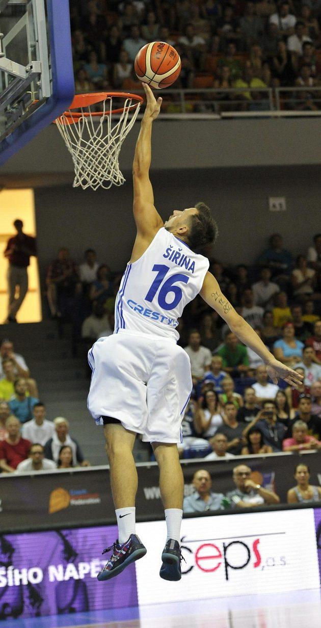 Český basketbalista Jakub Šiřina dává koš v duelu s Japonskem.