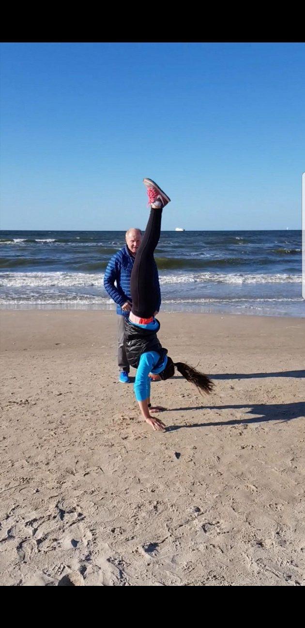 Skeletonistka Anna Fernstädtová během tréninku na pláži u Baltského moře.