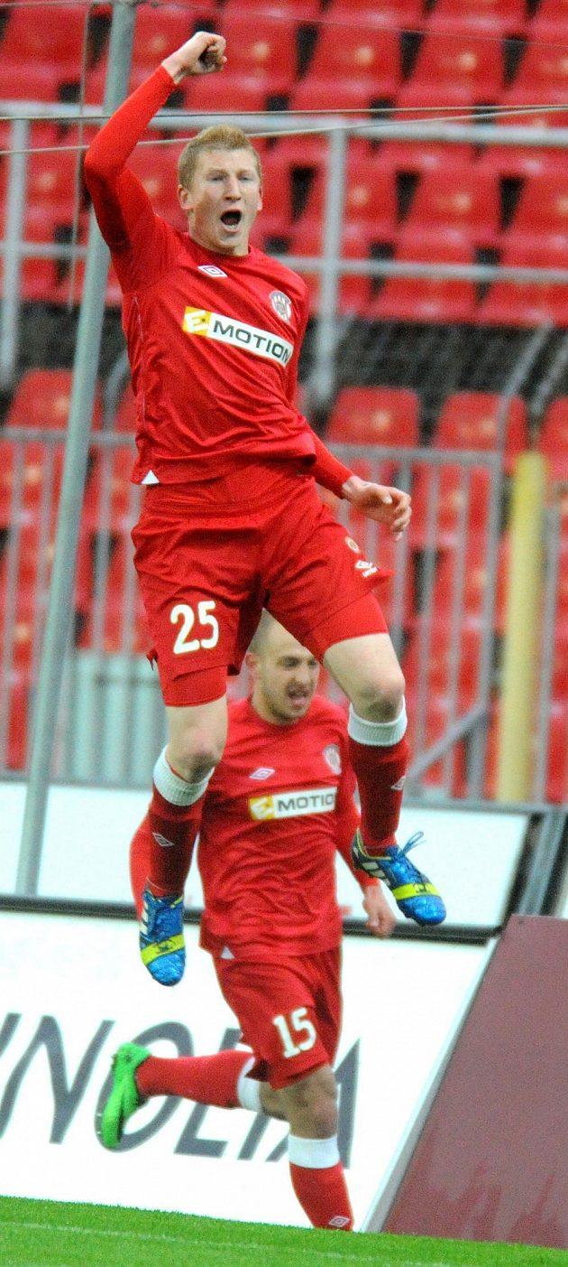 Brněnský záložník Jan Šisler se raduje ze vstřelení gólu proti Slavii Praha.