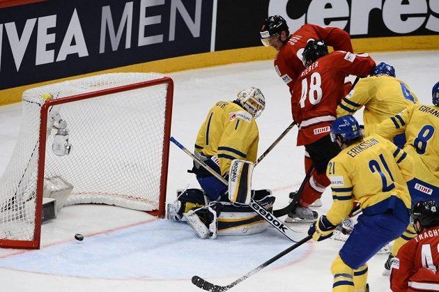 Švýcarský hokejista Roman Josi střílí gól do sítě Švédska.