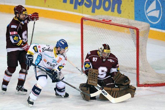 Vítkovický útočník Rudolf Huna (v bílém dresu) se snaží překonat sparťanského brankáře Marka Pince.