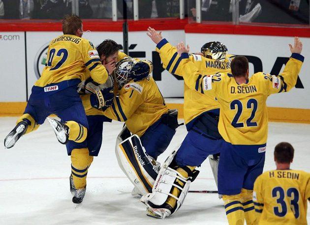 Švédští hráči slaví titul mistrů světa.