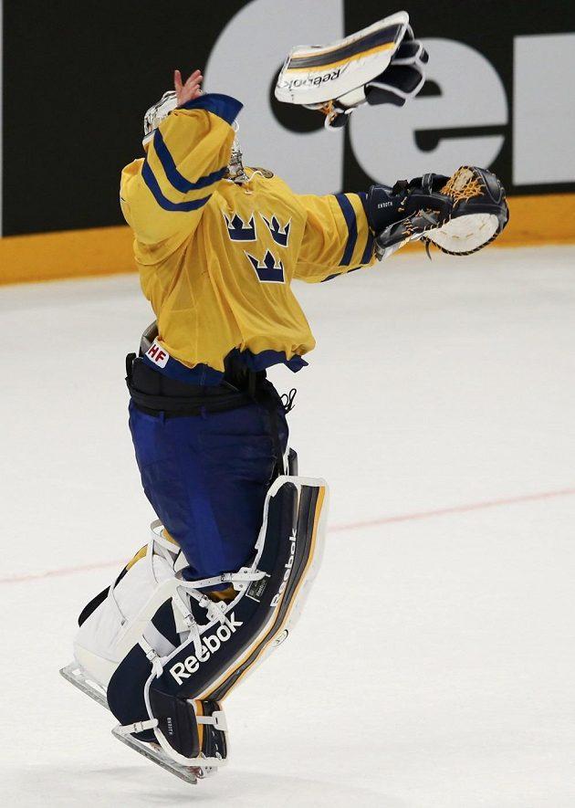 Brankář švédských šampiónů Jhonas Enroth skáče radostí po skončení finálového utkání mistrovství světa.