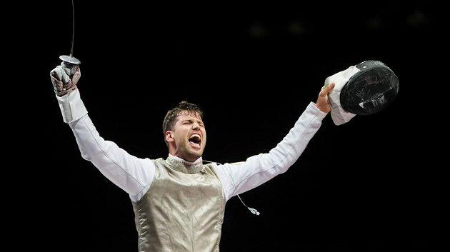 Český šermíř Alexander Choupenitch se raduje z bronzu na olympiádě v Tokiu.