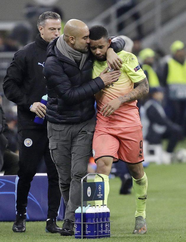 Manažer Manchesteru City utěšuje Gabriela Jesuse, hvězdu Manchesteru City, po utkání, kde zmíněný hráč zahodil penaltu.