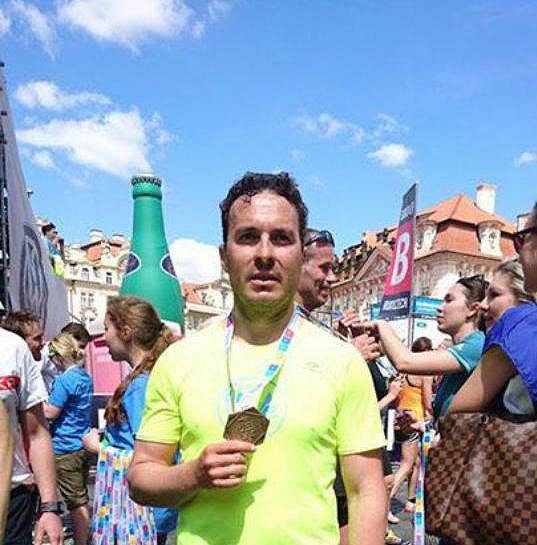 Tomáš Slavata dokončil maratón v Praze, mise úspěšně skončena.