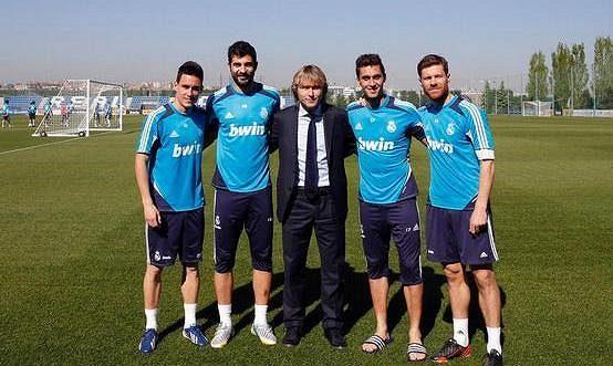 Pavel Nedvěd (uprostřed) s fotbalisty Bílého baletu - zleva José Callejón, Raúl Albiol, Álvaro Arbeloa a Xabi Alonso.