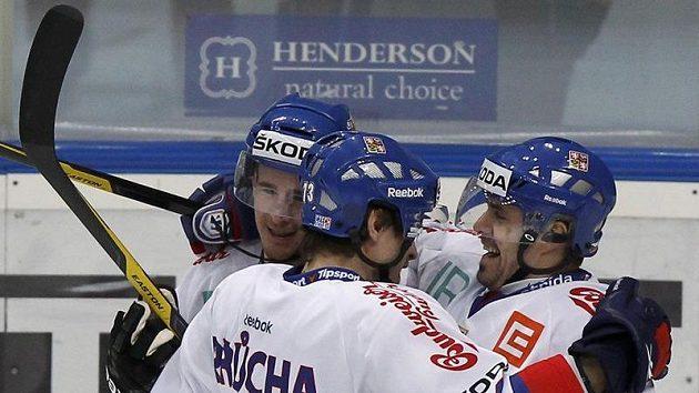Roman Červenka se spoluhráči Petrem Průchou a Tomášem Rolinkem svůj gól proti Rusku.