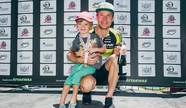 Český biker Kristián Hynek se synem Kristiánem po druhém místě v závodě Attakwas 2017 v Jihoafrické republice.