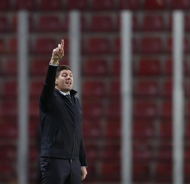 Steven Gerrard diriguje své svěřence