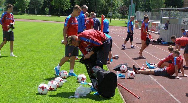 Brankář české fotbalové reprezentace do 21 let Lukáš Zima uklízí míče po tréninku na soustředění v Kaprunu.
