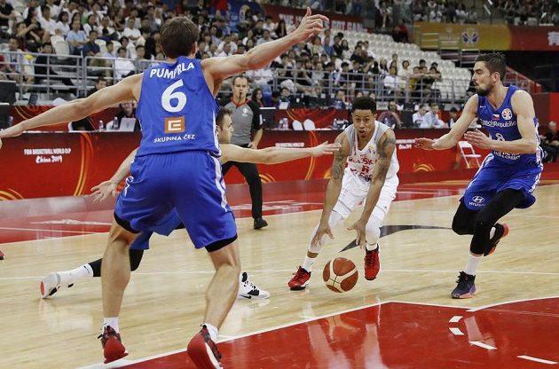 Polský basketbalista A.J. Slaughter v akci na mistrovství světa během utkání s Českem. Bránit se jej chystají Češi Tomáš Satoranský a Pavel Pumprla.