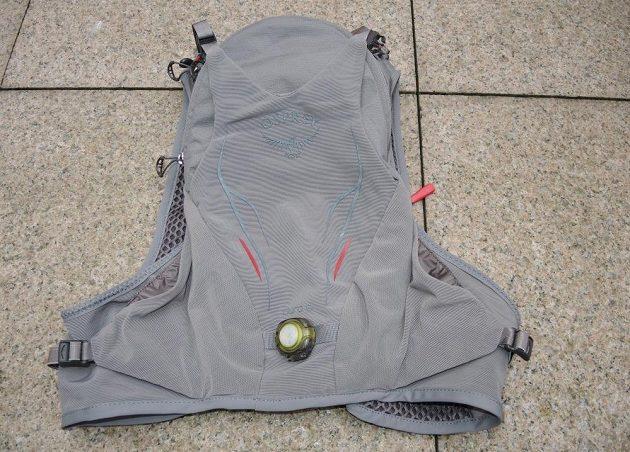 Běžecká vesta/batoh Osprey Duro 6 - zadní pohled. Blikačka od Fenix dodá další bezpečnostní prvek.
