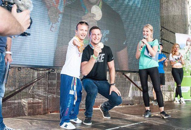Lukáš Krpálek, olympijský vítěz v judu, vystoupal na pódium společně se zlatým paralympikem Arnoštem Petráčkem.