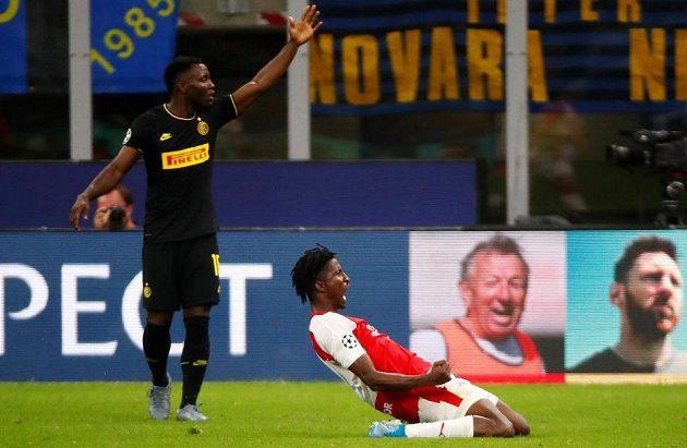 Radost Slavie! Peter Olayinka slaví gól, který vstřelil Interu Milán v utkání Ligy mistrů.