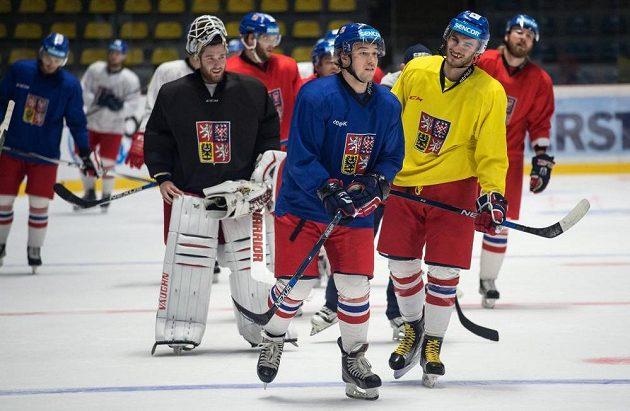 Zleva brankář Pavel Francouz, Jan Kovář (modrý) a Tomáš Filippi během tréninku reprezentace ve Znojmě.