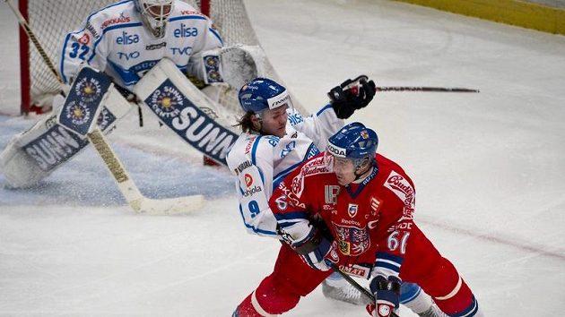 Tomáš Rolinek (vpředu) a Mikko Kousa během utkání s Finskem na Švédských hrách.