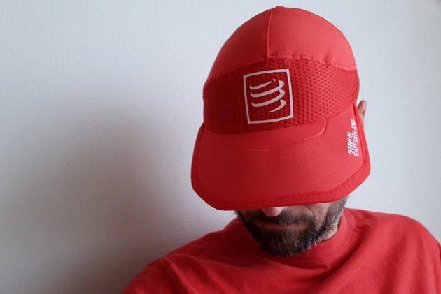 Kšiltovka CompresSport Pro Racing Ultralight Cap - výborně drží ve všech úhlech sklopení.