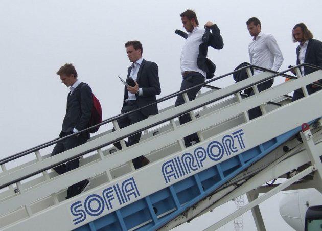 Zleva Bořek Dočkal, Ondřej Vaněk, Tomáš Pekhart, Ondřej Čelůstka a Petr Jiráček po přistání v Sofii.