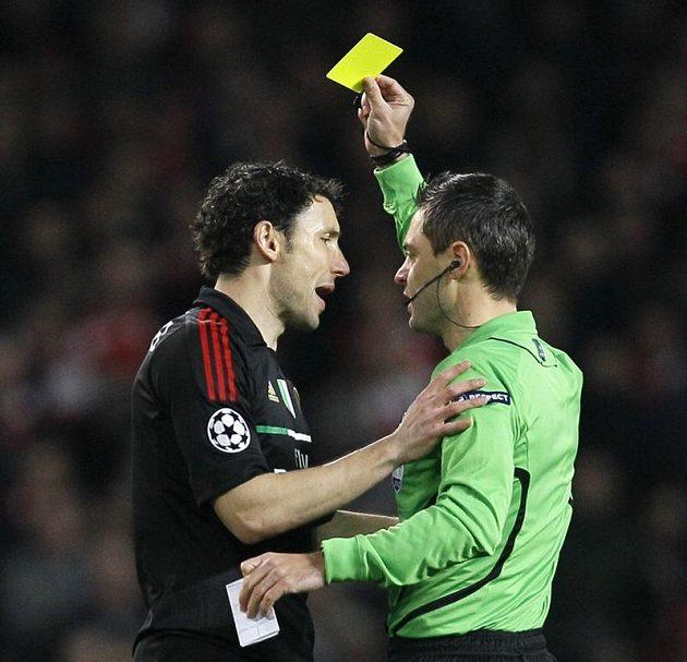 Nizozemský fotbalista ve službách AC Milán Mark Van Bommel vidí žlutou kartu za zákrok na Tomáše Rosického.
