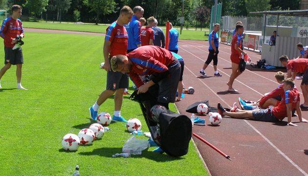 Brankář Lukáš Zima uklízí míče po tréninku na soustředění v Rakousku.