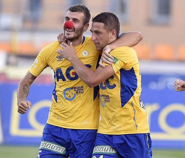 Teplický záložník Admir Ljevakovič (vlevo) slaví se spoluhráči Janem Krobem (uprostřed) a Petrem Kodešem gól proti Jihlavě.