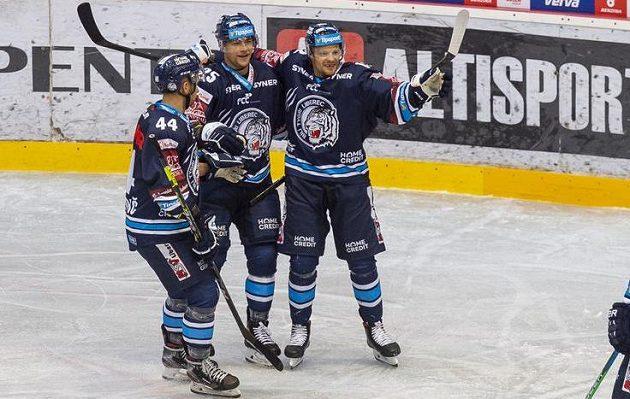 Hokejisté Liberce se radují z gólu v utkání Poháru Generali České pojišťovny.