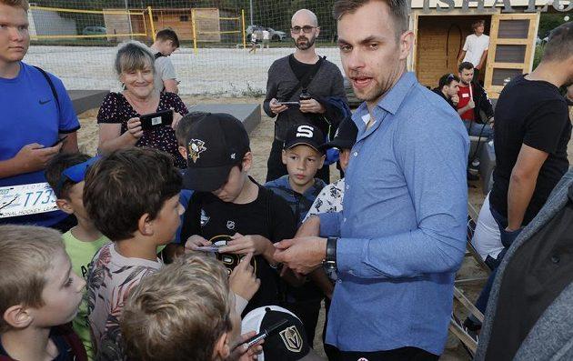 Hokejista týmu Tampa Bay Lightning Jan Rutta při setkání s fanoušky, kterým přivezl ukázat Stanley Cup.