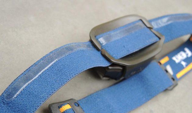 Čelovka Fenix HL26R: Silikonový pásek brání potu stékat do očí a přidržuje čelovku na svém místě.