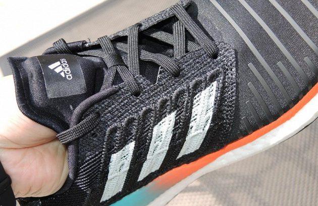 Běžecké boty Adidas Solar Boost - šev u prstů je dosti tuhý.