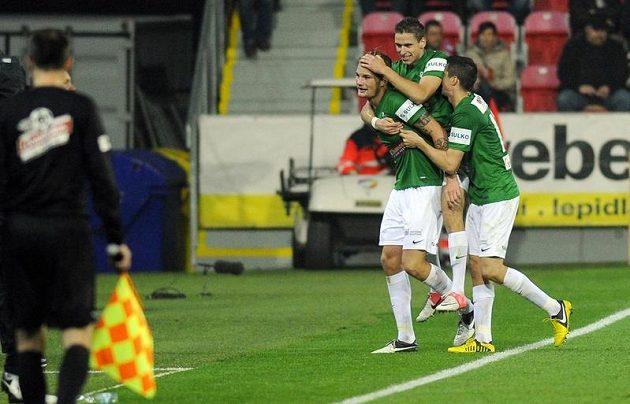 Radost hráčů Jablonce z vyrovnání, vlevo autor gólu Vít Beneš.