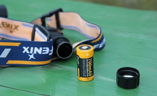 Svítilna Fenix HM50R - dodávaný akumulátor nemusíte vyndavat, nabíjí se přes USB.