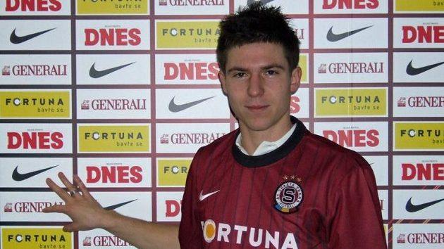 Tomáš Přikryl pózuje s dresem Sparty.