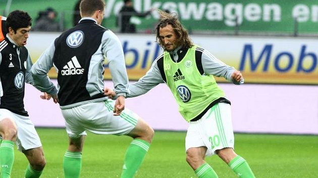 Petr Jiráček při své premiéře ve Wolfsburgu proti Clemensovi z Kolína.
