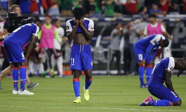 Zklamaní fotbalisté Haiti po porážce v semifinále Gold Cupu.
